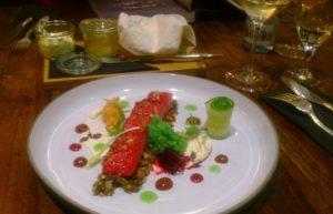 Vorspeisen-Erlebnis: Rote-Bete-Lachs auf Gin Pumpernickel mit Gurkenkaviar